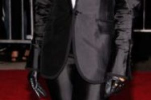 Rihanna en este desastre de tuxedo. Si no eres Diane Keaton, Ellen o Marlene Dietrich, no hagas el ridículo. Foto:vía Getty Images. Imagen Por: