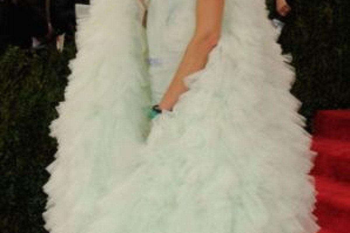 Allison Saforin con el resto el vestido de Björk. Foto:vía Getty Images. Imagen Por: