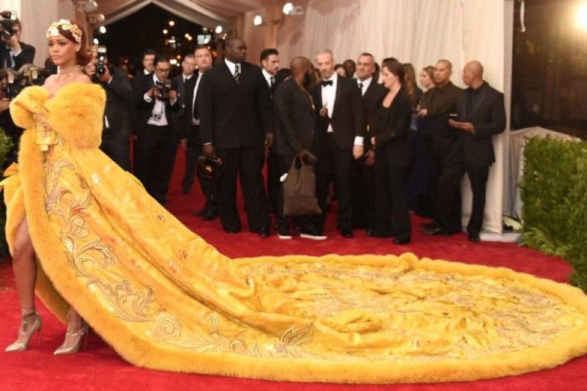 Rihanna con este vestido de Guo Pei. Una obra de arte, pero el arte no es jamás comprendido. Foto:vía Getty Images. Imagen Por: