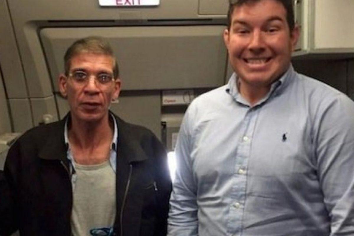 Benn Innes, se hizo viral después de tomarse un selfie con Seif Eldin Mustafa, quien secuestró un vuelo de EgyptAir para ver a su exesposa. Foto:Vía Twitter. Imagen Por: