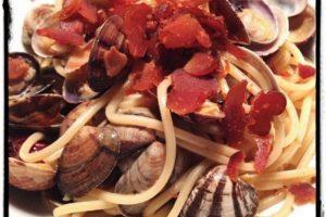 """""""El punto básico de un plato de espaguetis con almejas es mantener la suavidad de los mariscos. Con esta receta tiene la cremosidad, sabor natural (con bottarga) y la frescura del limón. En Resumen: ¡una obra maestra de sencillez!"""" Foto:Flavia & Fabrizio Cesati, Milán, Italia. Imagen Por:"""