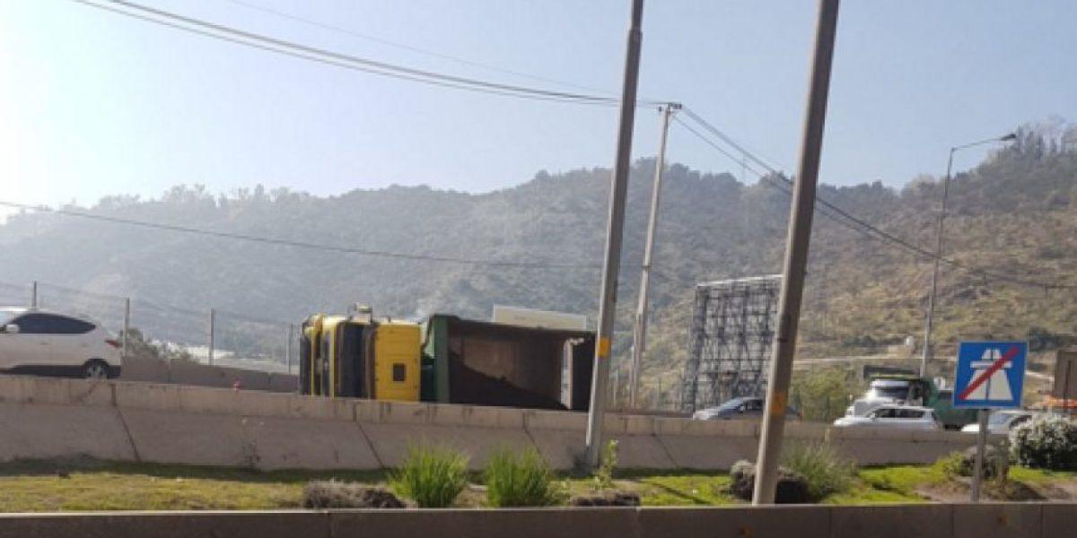 Volcamiento de camión provoca el cierre del acceso norte al túnel San Cristóbal