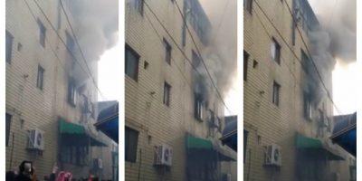 Madre salva a sus tres hijos de incendio arrojándolos desde un cuarto piso