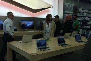 Según su testimonio, va seguido a la Apple Store para cargar su móvil. Foto:Instagram. Imagen Por: