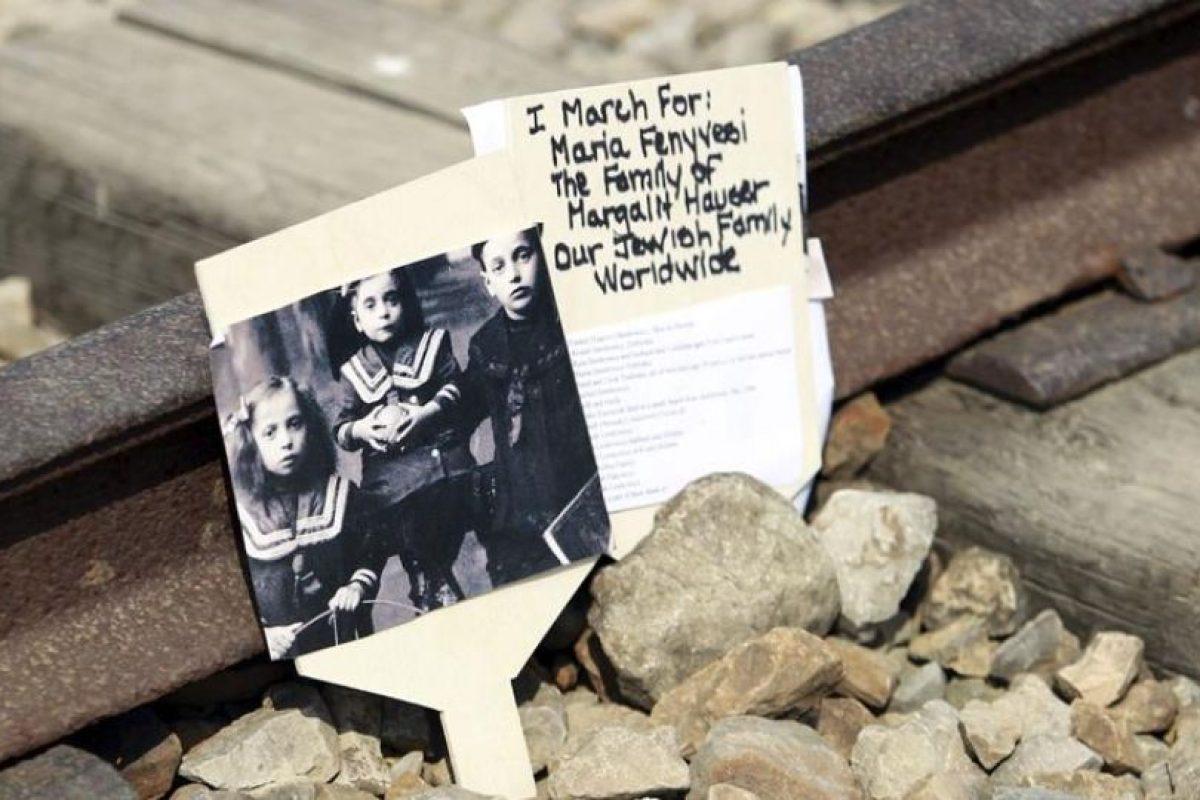 La foto con los nombres de algunas de las víctimas de Auschwitz, en la línea del tren que llevaba a los detenidos hacia el campo de concentración. Foto:Efe. Imagen Por: