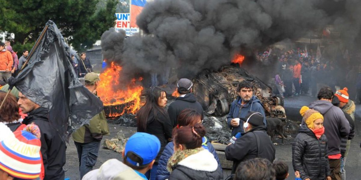 Alcalde de Quellón anuncia querella por contaminación de la costa de Chiloé