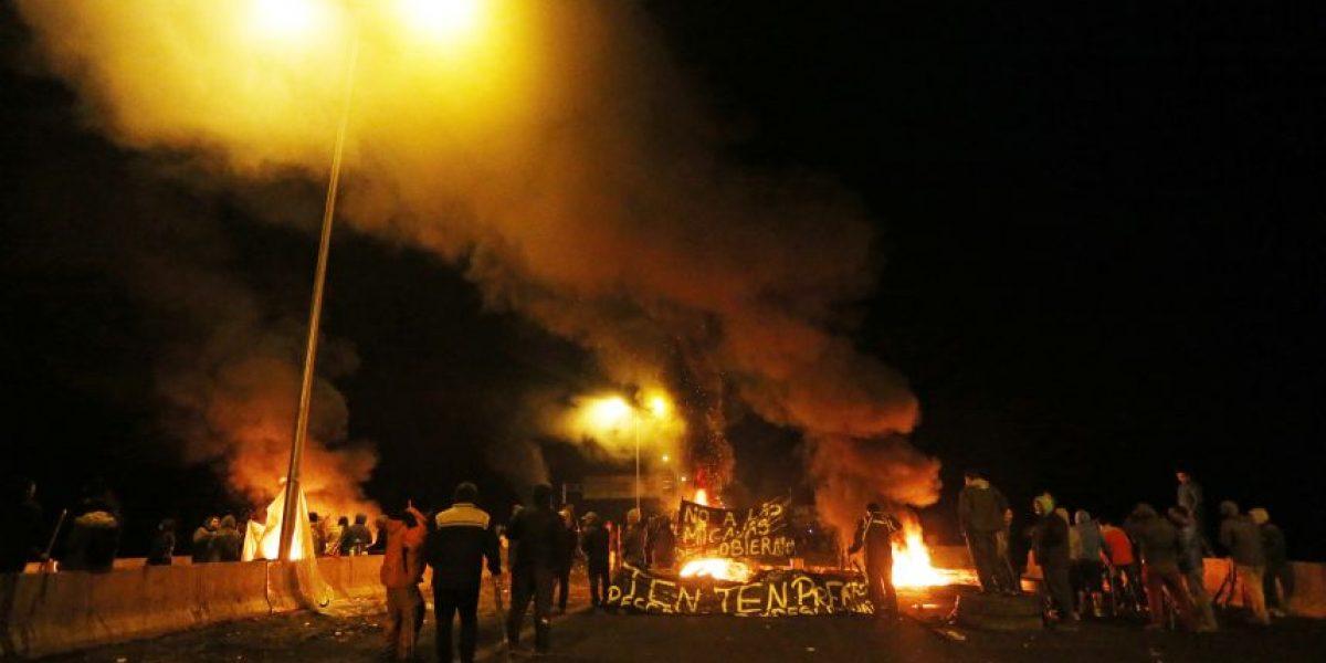 Protestas en Puerto Montt y bloqueos de madrugada marcan crisis por marea roja