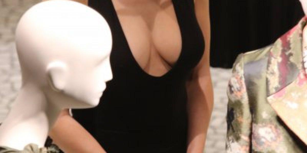 Jennifer López va de compras luciendo provocativo escote