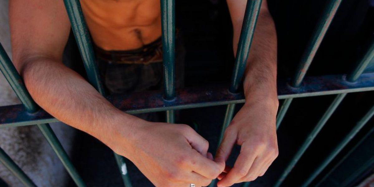 Reo con cadena perpetua abusaba de sus hijas en la cárcel: igual salió en libertad