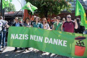 """""""Nazis no, gracias"""", dice esta pancarta. Foto:Efe. Imagen Por:"""