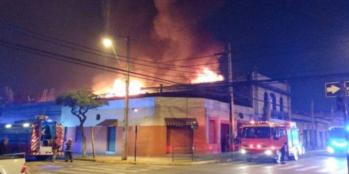 Incendio afecta dos viviendas y una fábrica en Santiago Centro