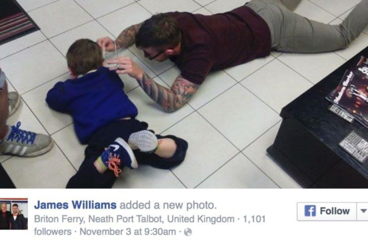 """""""Los dos nos colocamos en el piso en silencio, y mientras él jugaba con el celular, yo le cortaba el cabello."""" Foto:vía Facebook. Imagen Por:"""
