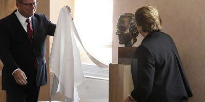 Presidenta participó en ceremonia: Chile y Suecia rinden homenaje a Harald Edelstam