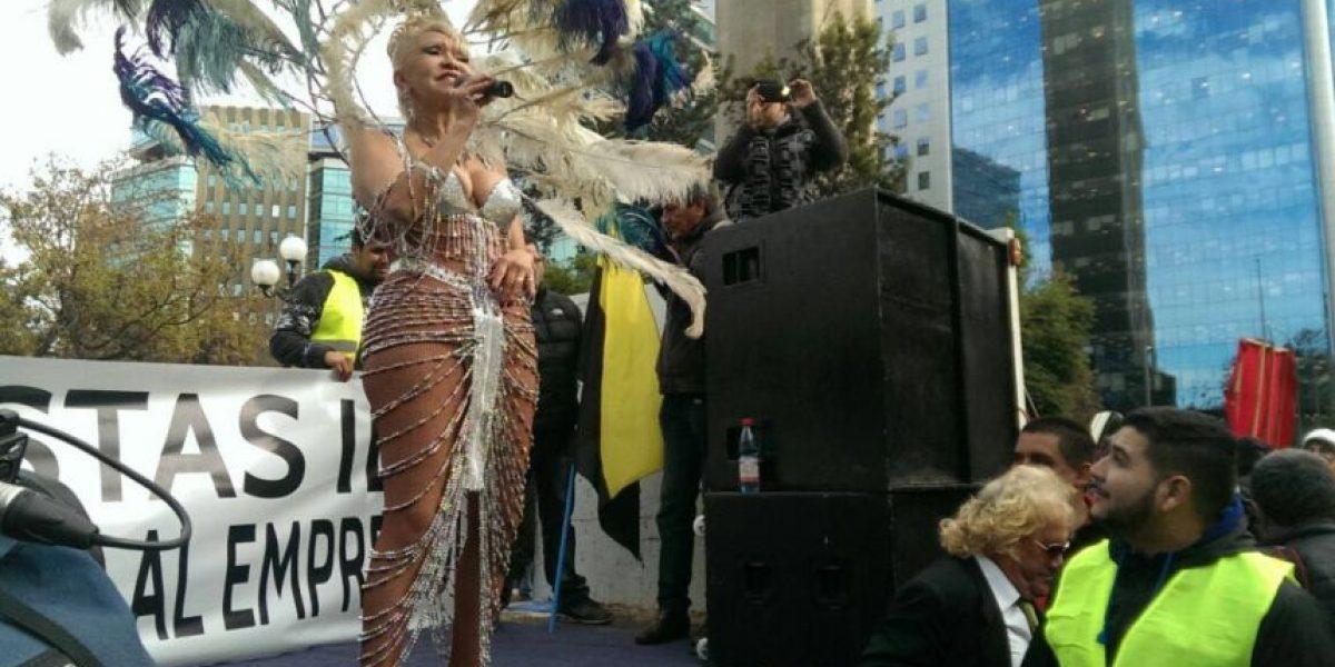 Maggie Lay desempolvó las plumas para protestar junto a taxistas contra Uber