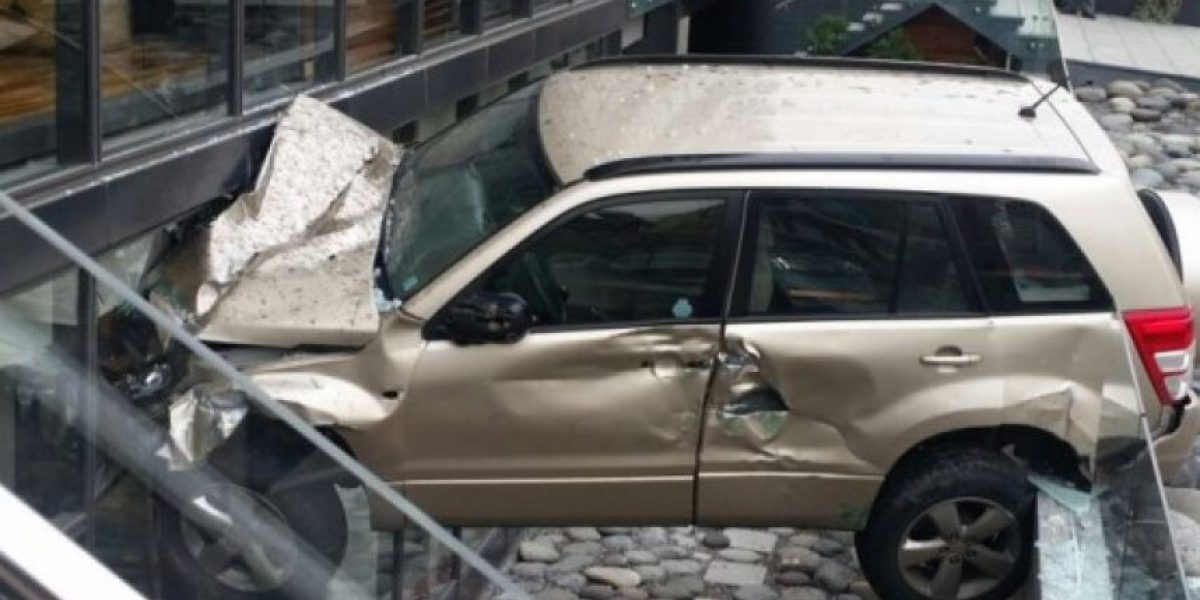 Automóvil queda incrustado en edificio tras accidente en Vitacura