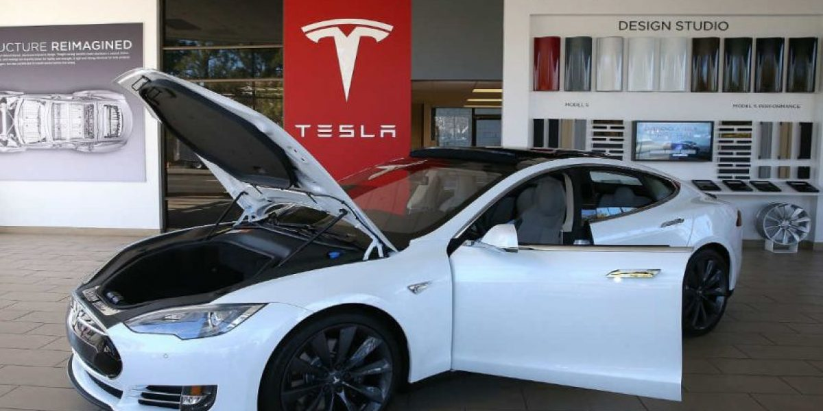 Un auto Tesla S se estrelló