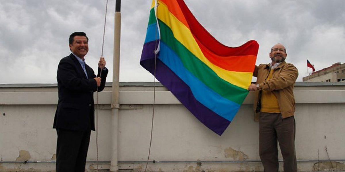 Dirección del Trabajo y Amplitud despliegan bandera de la diversidad sexual