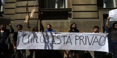 Chilenos en Londres funan a Bachelet en apoyo a pescadores afectados por marea roja
