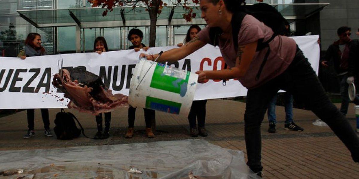 Estudiantes protestan fuera de empresa salmonera en apoyo a pescadores
