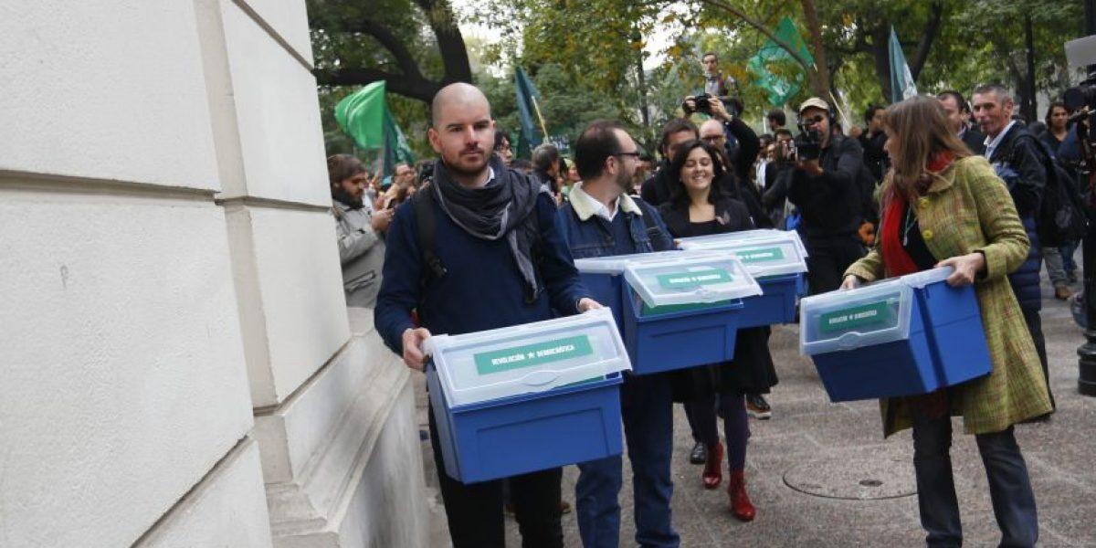 Revolución Democrática presenta firmas ante Servel para convertirse en partido