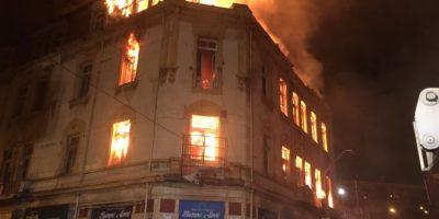 Incendio consume edificio patrimonial en Valparaíso y deja una treintena de damnificados