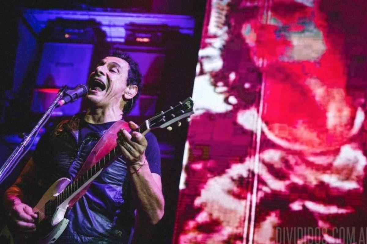 El vocalista de la agrupación argentina Divididos, denunció el hecho cargando a la niña durante el concierto. Foto:facebook.com/divididosoficial. Imagen Por: