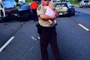 El oficial Ric Lindley se hizo viral al momento de consolara a una pequeña que iba abordo de un auto que había chocado. Foto:Vía facebook.com/JeffersonCountyAlabamaSheriffsOffice. Imagen Por: