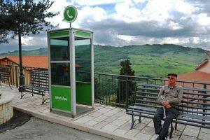 Una cabina de teléfono comparado con lo que ahora es WhatsApp. Foto:instagram.com/biancoshock/. Imagen Por:
