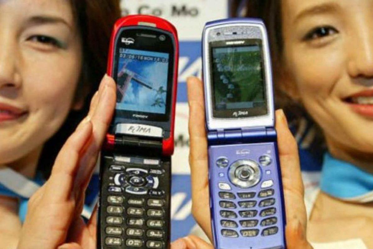 Los famosos también han vuelto a la moda de los celulares tipo portafolio. Foto:Getty Images. Imagen Por: