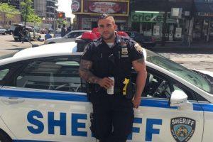 El oficial Miguel Pimentel de origen latino llamó la atención por su atractivo físico. Algunas mujeres le pedían fotos en la calle. Foto:Vía Instagram @keepnitone00. Imagen Por: