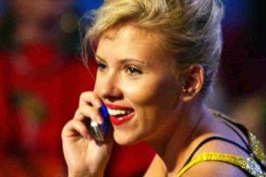 La actriz Scarlett Johansson ha sido captada con este tipo de celulares. Foto:Getty Images. Imagen Por: