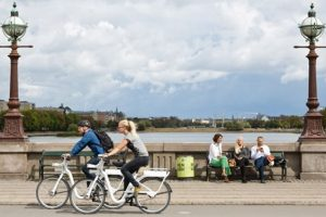 50% de los viajes diarios se realiza en bicicleta en la capital de Dinamarca, donde cuentan con una red de más de 400 km de ciclovías. Foto:Guía Nomada de Copenhague. Imagen Por: