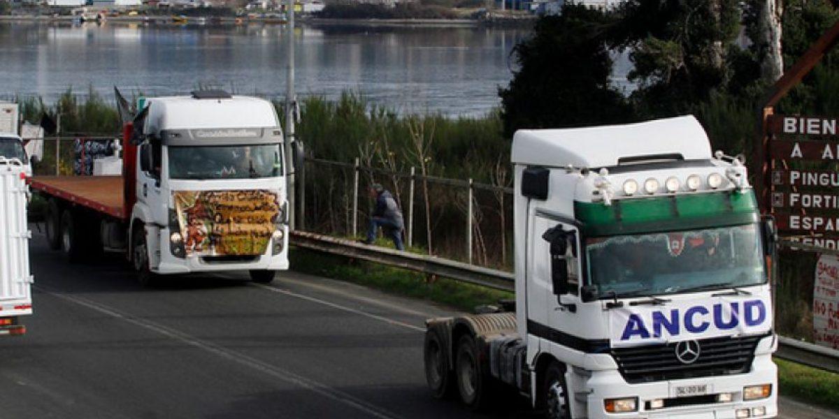 Camioneros de Ancud llegaron hasta Puerto Montt para protestar por crisis de Chiloé