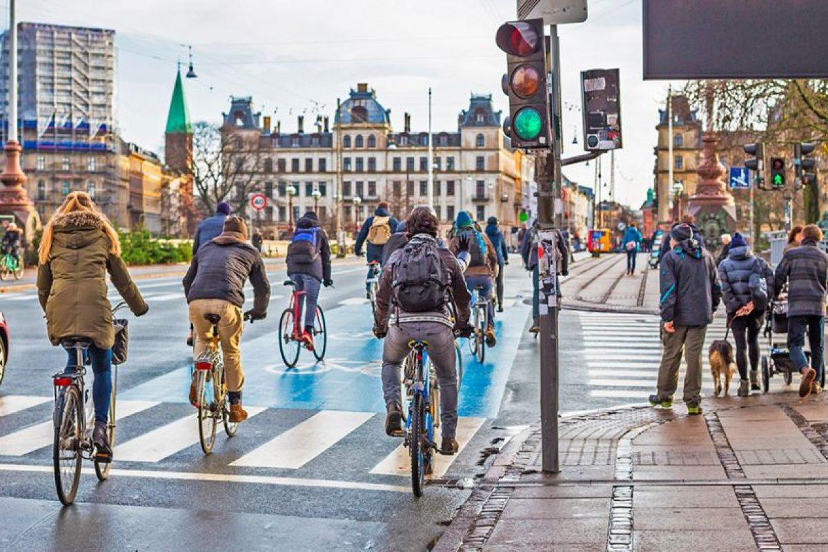 Copenhague, lidiaba hace dos décadas con similares problemas de congestión que Santiago. Hoy es la capital mundial de la bicicleta. Foto:Guía Nomada de Copenhague. Imagen Por: