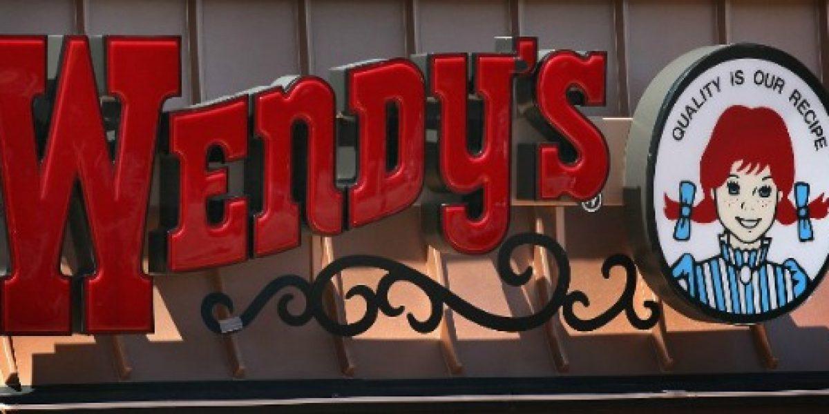 Cadena de comida rápida reemplaza a empleados por máquinas tras subida de salario mínimo