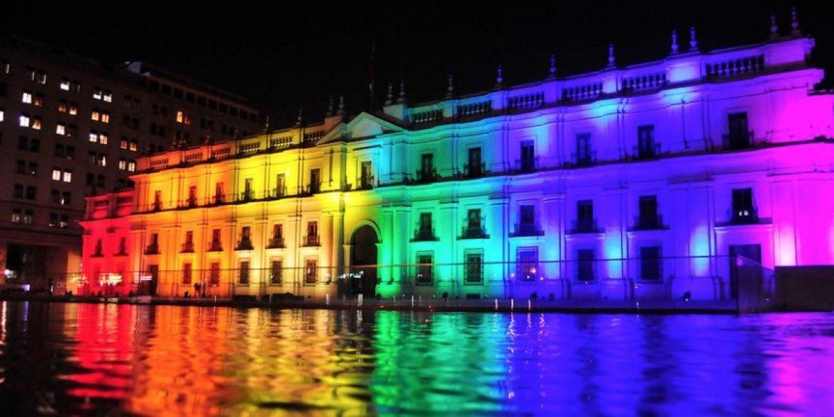 La Moneda se iluminó con los colores del arcoiris en el Día contra la Homofobia