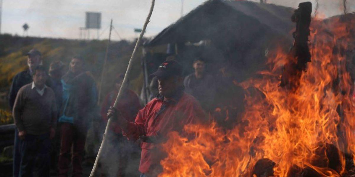 Marea roja: bloqueos de ruta entre Osorno y Puerto Montt dejan una veintena de detenidos