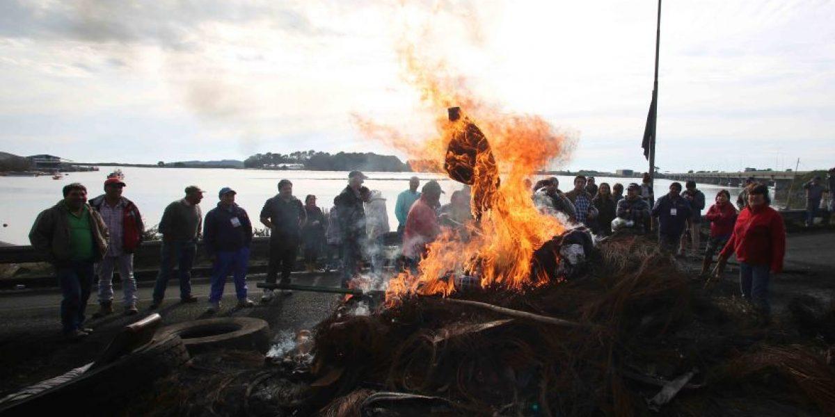 Incidentes y bloqueo de rutas en apoyo a los pescadores en Los Lagos