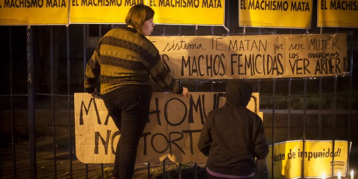Mujeres realizaron velatón por Nabila Rifo frente a la ex Posta Central