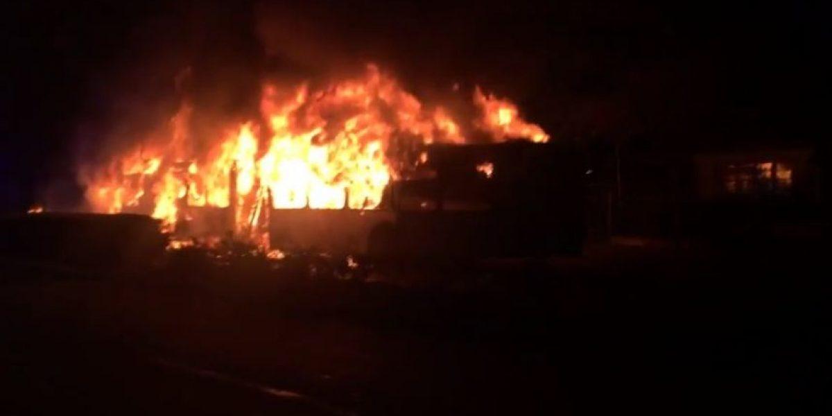 Bomberos combatió incendio que afectó a bus del Transantiago