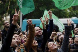 Militantes de Revolución Democrática luego de entregar las más de 10 mil firmas para concretar su inscripción como partido político. Foto:PABLO VERA LISPERGUER/AGENCIAUNO. Imagen Por: