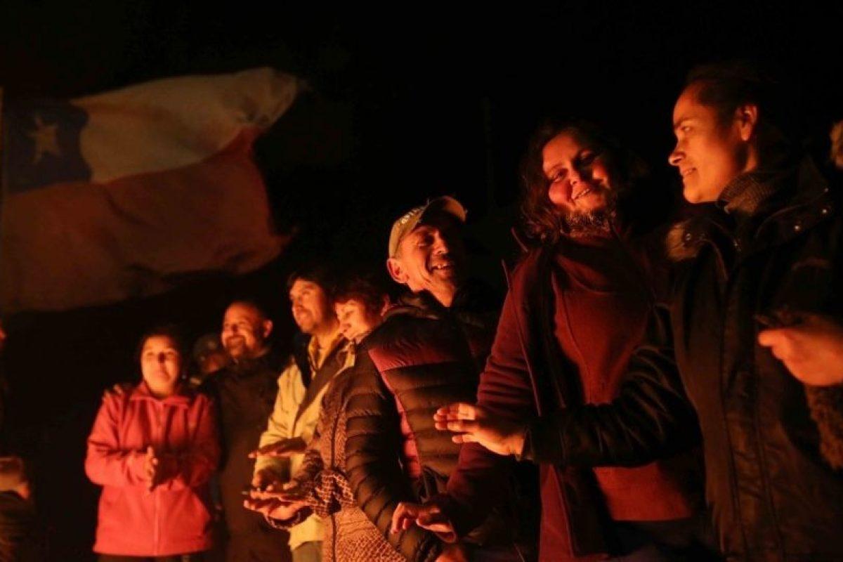 Dirigentes y pescadores en el puente Pudeto, Ancud, el fin del paro tras 17 días de movilización. Foto:FELIPE GUARDA/AGENCIAUNO. Imagen Por: