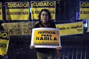 Manifestantes repudian ataque a Nabila Rifo y se manifiestan fuera de la posta central. Foto:SEBASTIAN BELTRAN GAETE / AGENCIAUNO. Imagen Por: