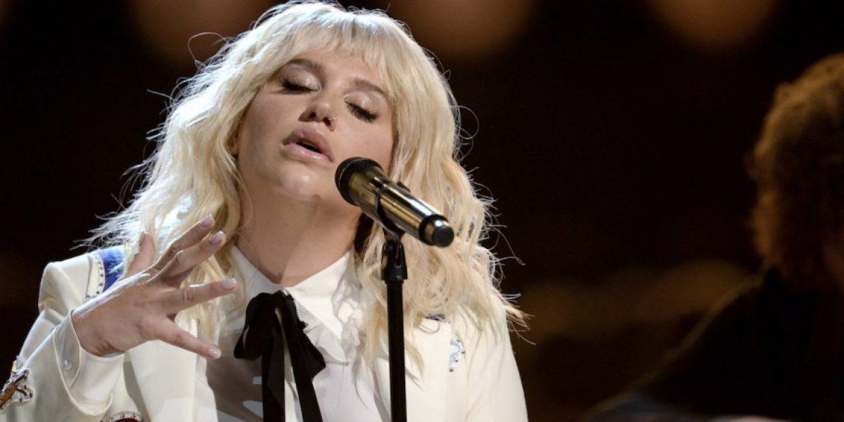 Kesha conmovió al público de los Billboard 2016 con su nueva faceta