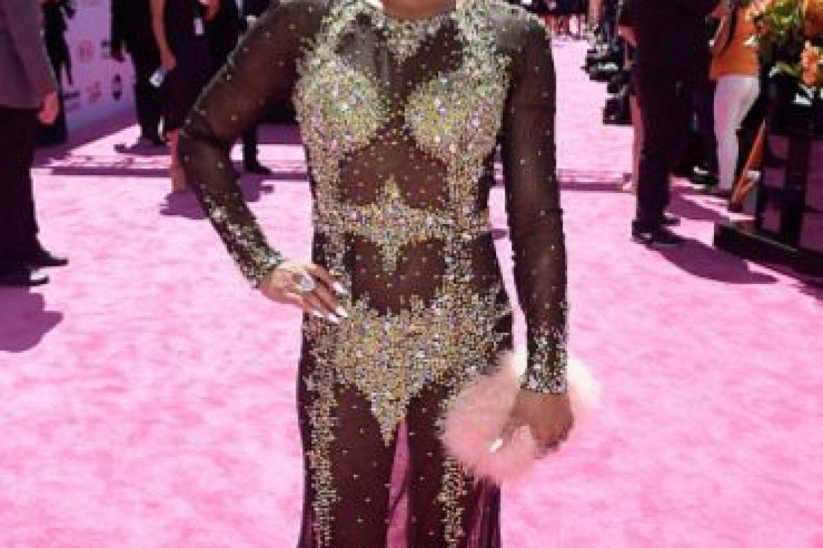 """Regla: si alguien ya llevó un vestido así antes, no lo lleves tú. En 2015, en la Gala del MET, Beyoncé y Kim Kardashian llevaron casi este mismo modelo, pero mucho menos burdo y con más transparencias. El problema con Sibley Scoles es que no da una imagen coherente, parece un pastiche: por un lado, el pelo es totalmente vanguardista a lo """"Pixie"""", el clutch es muy Kid Club y el vestido, sumamente tosco con sus bordados, la hace ver como si tuviese una armadura que ni siquiera le ajusta bien. Todo choca, se golpea. Foto:vía Getty Images. Imagen Por:"""