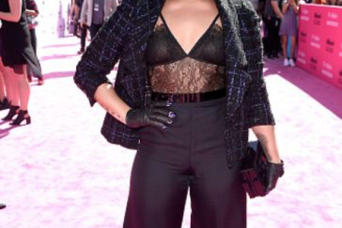 Demi Lovato usó la chaqueta de su abuela, un brasier de Selena, los guantes de MJ y el pantalón de una oficinista. Foto:vía Getty Images. Imagen Por: