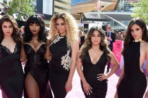 Fifth Harmony, de negro y escote predecible. Foto: vía Getty Images. Imagen Por: