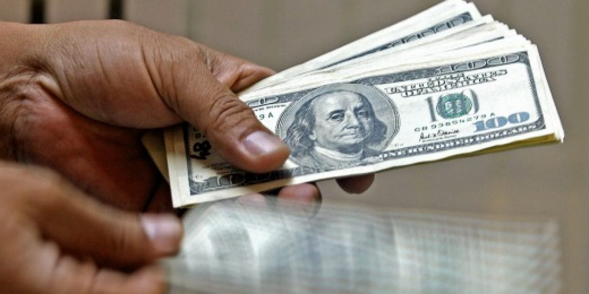 Dólar parte la semana subiendo más de $2