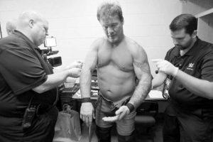 Y el cuerpo médico de la WWE tuvo que sacarle una por una. Foto:WWE. Imagen Por: