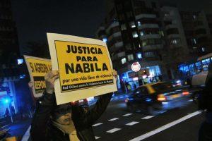 Segundo dia de manifestacion querepudian ataque a Nabila Rifo y semanifiestan fuera de la posta central. Foto:Agencia Uno. Imagen Por: